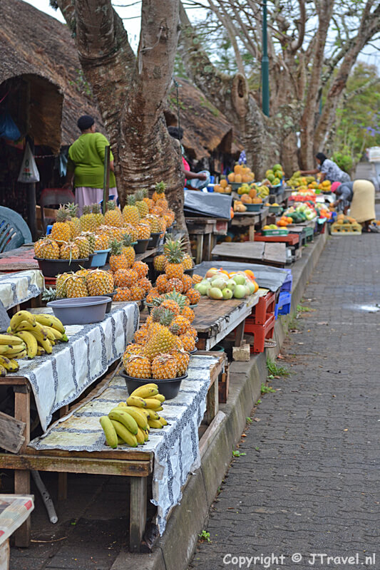 Fruitverkopes in de McKenzie Street in St. Lucia